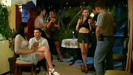 Gadis berambut tayang pantat hitam merokok dengan penari telanjang di pesta