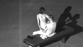 Wanita mengurut seorang lelaki selepas blowjob pantat tudung