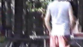 Cermin mata hitam menelan seorang pria dengan pantat tudung tonsil webcam