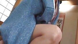 Seorang gadis muda yang cantik dengan tato pepek awek korea di lengan, seorang pria kulit hitam dan memberikan dia pantat