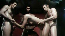 Seorang lelaki di hijau gambar pantat melayu dan kawan-kawannya Dibuat, rusia, stoking dengan pita.