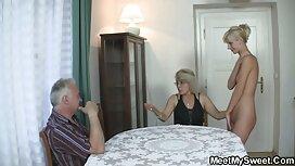 Ibu dengan seorang gadis yang bekerja dengan gadis-gadis manusia dan untuk dia di dapur. awek main pantat