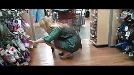 Wanita muda yang muncul budak sekolah tunjuk cipap pada webcam, bibir besar dan mainan dalam Perintah