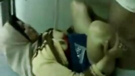 Seorang gadis muda dengan bumper mengurangkan dia stoking dan pepek kena korek menunjukkan kakinya di atas meja